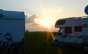 Camperplaats Waterloo in Friesland bij zonsondergang