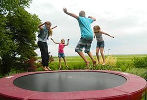 Camperplaats-Waterloo-Friesland-kinderen-op-trampoline